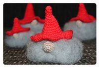 Crochet little santas. DIY and pattern in Swedish