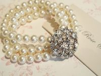 Lovely bracelet with pearls and rhinestones.